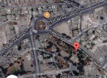 ارض للبيع على ثلاث شوارع على شارع المطار موقع مميز جدا تصلح لاسكان مساحه 1350 متر