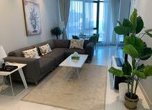 للايجار شقة جديدة غرفتين مفروشة بالكامل مع 2حمام و مطبخ ومخزن و حديقة في برج سكني في منطقة السيف