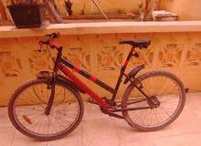 دراجة رائعة سريعة وجميلة ولديه أضاء امامية وخلفية