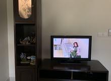 شاشة تلفزيون مع طاولة تلفزيون