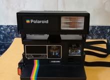 كاميرة Polaroid 600 قديمة في حالة جيدة تخرج صور فورية بعد إلتقاطها