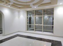 شقه مكونة من7غرف ومطبخ كبير وصالتين 4 دورات مياه وغرفة شغاله وغرفة سايق مساحه في