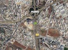 ارض برجم عميش باعلى قمة مطلة على شارع المطار مساحة 760 متر