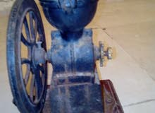 ماكينة لطحن القهوة قديمة 1930.