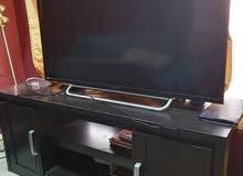 تلفزيون  والطاوله مع أدوات زينه