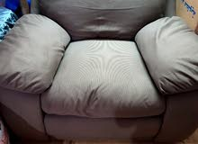 كرسى + مرتبة + سرير خشبى من قطعتين نفر ونصف ( السعر كامل 25 دينار )