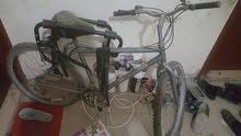 دراجة شبه جديدة مع حامل سيارة حجم مناسب