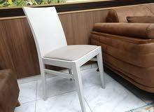 كرسيين خشب لون متماثل وموديل مختلف