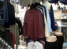 محل لبيع الملابس الرجالية و الشبابية في موقع ممتاز في سبها للبيع بكامل ديكوره