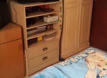غرفة نوم سريرين مفرد و كومودينو واحدة و خزانتين و ستاند للتلفزيون و الأجهزة