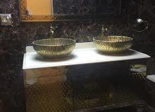 طاولة حمام مع مغاسل ومرايه شبه جديده