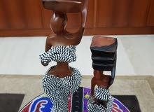 Tables et statuettes africaines décorées en perles