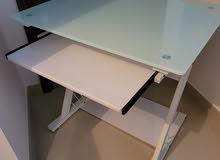 مكتب ابيض من المعدن والسطح من الزجاج المضغوط