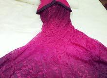 فستان وردي بالاسود دانتيل يلبس 38 40 سعر البيع ب180 وايجار ب80 مكان السكن جنزور