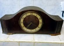 ساعة ميکانيکية قديمة جدا  متوقفة عن العمل