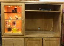 خزانة تلفزيون خشب مع ارفف فيها ضوء و أدراج مقاس 158