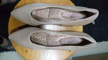 حذاء نسائى راقى جدا صناعه برازيلية لون بيج مبطن من الداخل مريح جدا مقاس 41