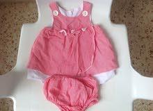 ملابس بنات ومقعد تعليم الدخول للحمام للأطفال ولوحة تثبت على السرير يتم تغيير حفاظ الطفل عليها