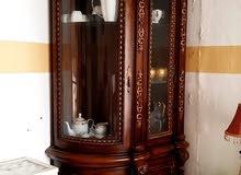 طاولة وثمانية كراسي جلد اسود لون الطاولة بني غامق