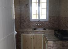 غرفة مع حمام ومطبخ