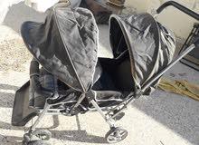 كروسة أطفال زوجية بحالة ممتازة بها درج في الاسفل وممكن تحويلها الي سرير للنوم