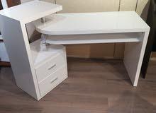 مكتب خشبى ومعدنى تصميم مودرن  بحالة ممتازة