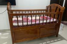 سرير اطفال للبيع مع مهد