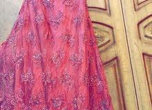 فستان سهرة مُميز (لم يستخدم إلا مرة واحدة فقط.
