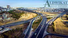 ارض مميزة للبيع على طريق المطار مباشرة , مساحة الارض 8000م