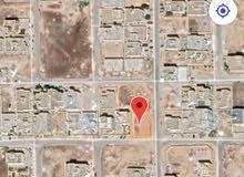 أرض سكنية تصلح لتوين فيلا قريب الخدمات التجارية على شارع 20 متر قائم .