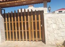 بيت مستقل معمول اله صيانة كاملة بمدخل رائع وكراج وحديقة وبئر ماء للبيع