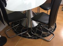 طاوله بيضويه زجاج معها 4كراسي