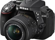 كاميرا نيكون 5300 نظيفة جدا مع الملحقات الأصلية عدسة 18 55 الملحقات الأصلية فقط