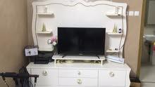 طاولة تلفزيون دولاب تلفزيون لون ابيض وذهبي كبير