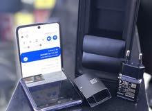كلاكسي Z Flip مستخدم قليل يمكن يوم لو يومين بس بي نقطه صغيره بالشاشة ما مبينة