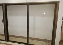 خزانة عرض رفوف لكنها بدون رفوف