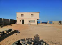 ارض بها استراحة دورين للبيع على البحر في مصراتة