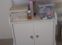 خزانة متحركة صغيرة للعيادات الطبية او لصالونات التجميل