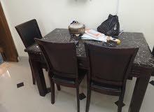 طاولة اكل لونها بني للبيع،،،