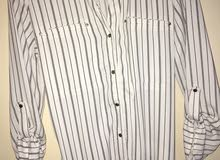قميص طويل قماشته حلوه من محل Dynamite