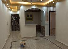 شقه 100 متر علي شارع العشرين الرئيسي البوابه الرابعه منطقه ل  حدائق الاهرام