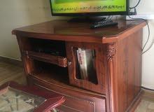 طاولة تلفزيون وطاولة قهوة وسرير وزاوية دائرية