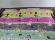 سرير غرفة نوم كبير مع مرتبة بحالة ممتازة