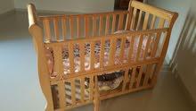 سرير للطفل بحالة ممتازة وماركة مشهورة وراقية
