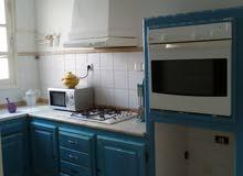 شقة مفروشة مكيفة تحتوي على غرفة نوم و غرفة جلوس و صالة و مطبخ و حمام