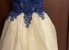 فستان نيلي وابيض-قصير شوي من جدام وطويل من ورا