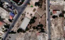 ارض 1050 م في ضاحية الرشيد خلف مدارس المنهل ومقابل الحديقة