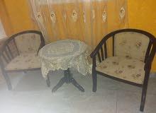 طاولة و كرسيين للبيع