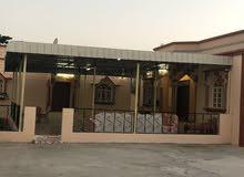 يتكون البيت من 3 غرف وصاله وحمامات والقسم الثاني غرفه وصاله وحمام مطبخ خارجي مع