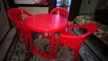 طاولة طعام حمراء اللون